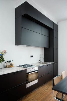 Black IKEA kungsbacka kitchen in a white kitchen with high ceilings in the home of Paulien Riemis. Black IKEA kungsbacka kitchen in a white kitchen with high ceilings in the home of Paulien Riemis. Black Kitchens, Cool Kitchens, Rustic Kitchens, Küchen Design, Layout Design, Kitchen With High Ceilings, Building A Kitchen, Big Kitchen, Black Ikea Kitchen
