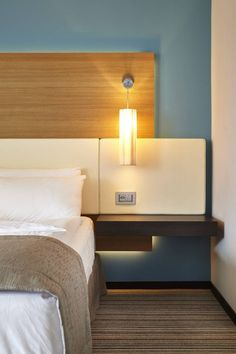 Chambre business de l'Eurotel Floating Nightstand, Restaurants, Hotels, Business, Bed, Table, Furniture, Home Decor, Home Decoration