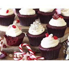 Christmas cupcakes recipes for homemade gift and present ideas that are easy to make, with decorations and flavours like red velvet & Christmas tree.