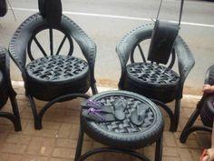 Cadeiras feitas de pneus.