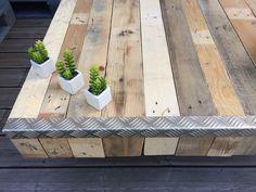 Table en bois de palette. Meuble vintage en bois brut cornière en métal et pied en métal gris. Dimension 100x80cm