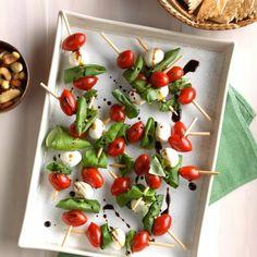 Las mejores ideas de aperitivos fríos para el verano con recetas paso a paso - Archzine.es Pinchos Caprese, Snack Recipes, Healthy Recipes, Snacks, Sauce Cocktail, Football Food, Canapes, Caprese Salad, Superfood