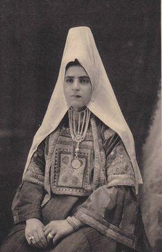 Bethlehem-بيت لحم: Bethlehem woman in traditional costume