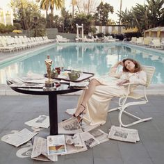 Faye Dunaway poolside at The Beverly Hills Hotel, the morning after the 1977 Oscars. The Academy Award she won the previous night for 'Network', is on the breakfast table. Photographer Terry O'Neill captured this spontaneous moment in time. Faye Dunaway, Terry O Neill, Jean Shrimpton, Beverly Hills Hotel, The Beverly, Beverly Hilton, Alexa Chung, Photo Bleu, Gianni Versace