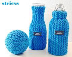 Flaschen, Styroporkugeln, Karaffen hübsch mit verkürzten Reihen eingestrickt. Strickanleitungen und das passende Garn gibt es bei stricxs. com