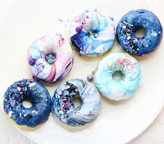 1,400 vind-ik-leuks, 14 reacties - Christina | Confectionary Art (@christinascupcakes) op Instagram: 'Another favorite of mine this year were these galaxy donuts {topped with royal icing and…'