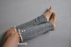 Ciepłe, elastyczne getry w kolorach popielu wykonane bezszwowo na drutach z wyselekcjonowanej włóczki wełniano - akrylowej. Całość ozdobiona bawełnianą koronką .  Idealne na chłodniejsze dni....