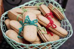 E esses biscoitos Maisena amarradinhos?! Capricho de mãe faz toda a diferença. Foto by @alessandromendes. Cestinha @unnadecora #biscoitomaisena #mommade #handmade #details #cafébotânica #jardimbotanico #festademenino #partydecor #piquenique #picnic #partydesign #partydesigner #festainfantil