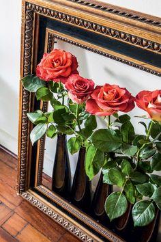 A moldura antiga, no chão, ficava vazia até ele colocar estes vasos com rosas de verdade. (Foto: Lufe Gomes/Life by Lufe)