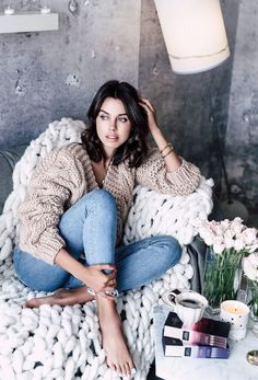 Tan V-neck Knit + Bleached Skinny Jeans Viva Luxury, Barefoot Girls, Cute Winter Outfits, Photo Instagram, Pull, Photography Poses, Autumn Winter Fashion, Winter Wear, Hot Girls