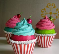 Cute pink and turquoise cupcakes. This would be fun for a kids bday party :)