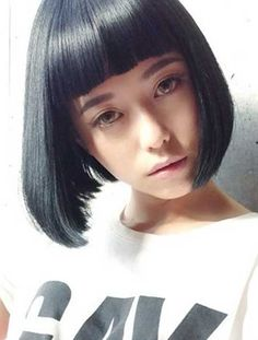 Yet, there is something alluring and elegant in bob hairstyles which can never be had with the long hairstyles. Here are some lovely and trendy bob hairstyles. Blunt Haircut, Bob Haircut With Bangs, Bob Hairstyles With Bangs, Cool Hairstyles, Medium Hair Styles, Short Hair Styles, Brunette Bob, Straight Bangs, Best Short Haircuts
