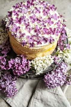 9 ReasonsYou Should Start Eating Lilacs Yes Lilacs via Brit Co. 9 ReasonsYou Should Start Eating Lilacs Yes Lilacs via Brit Co. Pretty Cakes, Beautiful Cakes, Kreative Desserts, Cake Recipes, Dessert Recipes, Light Cakes, Think Food, Flower Food, Let Them Eat Cake