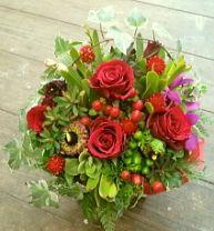 花ギフトのプレゼント【BFM】 渋い赤でダークにナチュラルに そんなフラワーアレンジメント http://www.basketflowermarkets.com