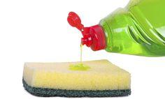 El detergente para lavar platos es un elemento básico al lado del fregadero, pero su poder de limpieza es increíblemente útil en toda la casa. Debido a que el líquido es liviano, a menudo es una gran elección sobre productos químicos más duros.Así que la próxima vez que estés limpiando tu casa, ten en cuenta