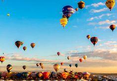 É o maior evento de balões de ar quente do mundo e cria um cenário mágico e bastante colorido nos céus de Albuquerque, Estados Unidos. Na 42ª edição, que aconteceu este ano, foi feito um registro especial: um vídeo utilizando a técnica do time-lapse, tornando as imagens ainda mais cativantes. O Festival Internacional do Balão de Albuquerque é mais do que uma largada de balões, é um espetáculo com pilotos de todo o mundo, com seus balões de várias forma e cores. Existe inclusive uma seção do…