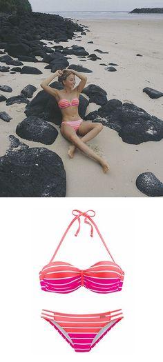 MelinaMandarini feiert den Sommer in ihrem bunten Venice Beach Bügel-Bandeau-Bikini.