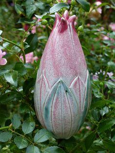 """Pflanzen- & Gartenstecker - Gartenschmuckstück """"BLÜTENKNOSPE"""" grün-rosa - ein Designerstück von Brigitte_Peglow bei DaWanda"""