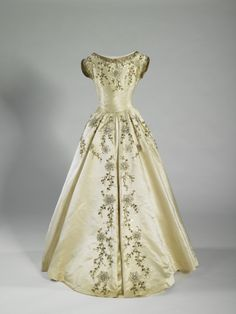 Costumes: Dresses & Gowns – Dress designed by Norman Hartnell, worn by the Maids of Honor at the coronation of Queen Elizabeth II, June 1953 Norman Hartnell, Vintage Gowns, Vintage Outfits, Vintage Fashion, Vintage Clothing, Old Dresses, Pretty Dresses, Beautiful Gowns, Beautiful Outfits