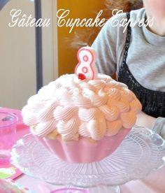 Le cupcake géant est un gâteau extrêmement facile à réaliser et qui ne nécessite aucun équipement spécial. Pas d'empilage ni de taillage de gâteau, pas d'étayage non plus. Du moins c'est ainsi avec ma version «Je n'ai pas