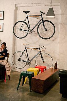 accrocher son pignonfixe au mur avec du bois sympa fixies pinterest. Black Bedroom Furniture Sets. Home Design Ideas