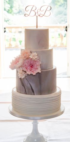 Weddingcake marble sugarflowers ruffles