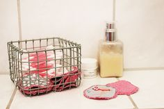 Haufenweise Wattepads wegschmeißen, kannst du dir jetzt abschminken! Wir zeigen dir, wie du aus einem alten Handtuch und Stoffresten praktische wiederverwendbare Abschminkpads selber nähen kannst!
