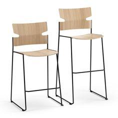 De Stack-barkruk heeft hetzelfde bijzondere ontwerp als de Stack-stoel. De voorgevormde polypropeen zitting is uiterst duurzaam en dankzij het sledeonderstel is de barkruk stabiel en makkelijk te stapelen. De zitschaal is leverbaar in vier verschillende kleuren – wit, zwart, rood en zacht turquoise – en een beklede zitting is leverbaar als optie. #Kinnarps #Materia #Stack #Stoelen #Barkruk