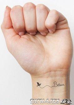 sencillo tatuaje en la muñeca