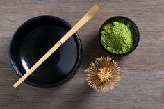 Japanse theeceremonie die op houten bank plaatsen. Stock Foto's