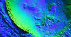 """Cratera de impacto com cerca de 8 quilômetros de diâmetro contém numerosas ravinas, o que poderia ser um sinal de água no estado líquido em Marte, de acordo com cientistas da Nasa. Com a curadoria de artistas, fotógrafos e editores de fotografia, a Nasa reuniu uma série de imagens para compor a """"exposição online"""" chamada de """"Marte como Arte"""""""