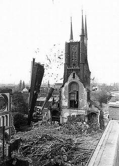 Bij de sloop van de Monicakerk in 1977 ging het niet geheel volgens plan. Utrecht, Rotterdam, High Middle Ages, Dutch Golden Age, History Images, Eindhoven, Abandoned Places, Old Pictures, Netherlands