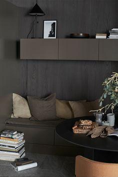Färgen ger en varm och ombonad känsla. Den kan passa dig som gillar mörkgråa toner men vill ha en varmare känsla i köket. Brown Kitchens, Brown Interior, Kitchen Interior, Norman, Showroom, Couch, Dining, Studio, Table