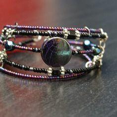 Bracelet fil mémoire avec perles noire et violettes