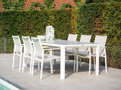 Lange tuintafel in het wit met donkergrijs tafelblad in moderne tuin