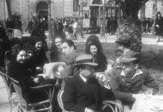 Ambiente de Jueves Santo, en una terraza de Madrid en 1940, década tratada por Vicens Vives en su Historia de España / VIDAL (EFE)