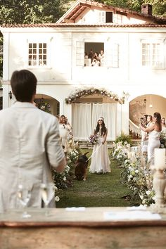 Opa, cadê o pai da noiva? Desta vez quem a levou ao altar foi seu cachorro. Idéia inovadora e amável.