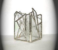 Description : Ce bougeoir vitrail fait avec une variété de verre clair texturé et transparent. Aucun deux ne sont jamais les mêmes. Mesures : 2 3/4 po (3,98 cm) carré et 4 (10,16 cm) de haut à son point culminant. Informations complémentaires : Soudure sans plomb a été utilisé dans sa construction. Me sentais tampons ont été ajoutées vers le bas pour sassurer quaucune surface nest rayée. Il est également signé. Cette pièce doit être utilisée avec des lumières de thé uniquement. Pas vo...