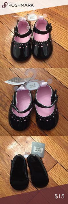 Black patent leather crib shoes! These crib shoes are brand new and would make any babies outfit pop! First Impressions Shoes Baby & Walker