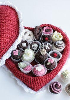 schema gratuito per creare all'uncinetto una scatola a forma di cuore e i cioccolatini con cui riempirla