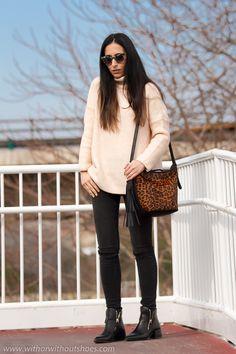 Total Look #Zara comodo chic con jeans y jersey de cuello alto rosa pastel y Bolso de #Leopardo de pelo