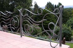 the design of the support posts complement the railings