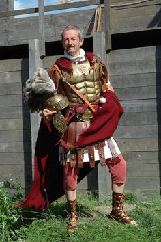 tribunus angusticlavius. Rullus is actually a tribunes laticlavius (https://en.wikipedia.org/wiki/Tribunus_laticlavius) but this is close enough. Only his cloak would be white (not red). Also - NO trousers. You could put trousers like this on Alun, though.