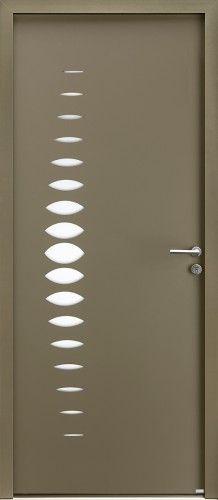 Modèle Abysse Porte d'entrée aluminium contemporaine sans vitrage Une grande ½ lune verticale revisitée grâce à ses motifs aux formes arrondies et douces symbolisant 1 ½ lune, apportant de la lumière en intérieur, vitrage affleurant, poignée rosace contemporaine.
