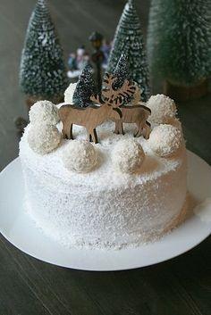 Pour changer de la traditionnelle bûche de Noël, je vous propose un layer cake tout blanc rappelant la douceur de la neige, aux boules...
