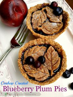 Cashew Crusted Blueberry Plum Mini Pies - gluten-free and vegan. Fancy Desserts, Gluten Free Desserts, Vegan Desserts, Raw Food Recipes, Sweet Recipes, Dessert Recipes, Blueberry Desserts, Vegan Blueberry, Plum Pie