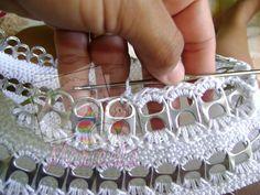 Afbeeldingsresultaat voor carteras con flores tejidas a crochet Soda Tab Crafts, Can Tab Crafts, Diy Crafts, Pop Tab Purse, Pop Tabs, Crochet Bracelet, Crochet Earrings, Pop Top Crochet, Pop Top Crafts