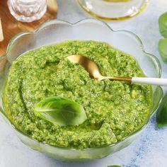 Zobacz jak zrobić najsłynniejsze i najpyszniejsze pesto z bazylii. Mój przepis jest niezwykle uniwersalny. Podaję w nim jakich dokładnie składników należy użyć, oraz czym zastąpić np. orzeszki piniowe. Polecam! Guacamole, Pesto, Gluten Free, Vegetarian, Sweets, Ethnic Recipes, Food, Grill, Amanda