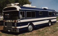 School bus conversion? Doesn't look like it. Tent Campers, Cool Campers, Bluebird Buses, Nice Bus, Cool Rvs, Converted Bus, School Bus Conversion, Bus House, Magic School Bus