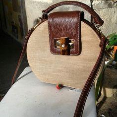 Sac à main forme boîte à chapeau en cuir et toile , intérieur toile de coton et fermoir en bois